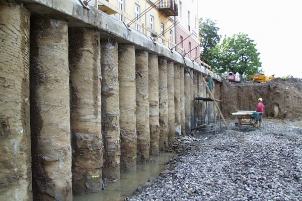 Bauplatz LBS Stützmauer.jpg